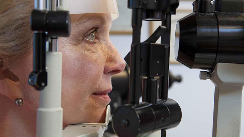 Woman getting eye exam (Huntstock/Thinkstock)